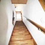 内部の暖まった空気は階段を抜けて外へ