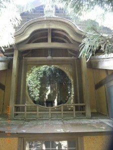 礼堂、西に向かって円い窓がある