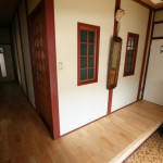 玄関廊下突き当たりとトイレのドア