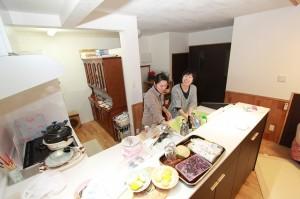 対面キッチンの良いところは話しながら、料理できるところ