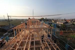 少し高台に建つこの家 はできあがったらお城の天守閣のように見晴らしの良い家となるだろう。