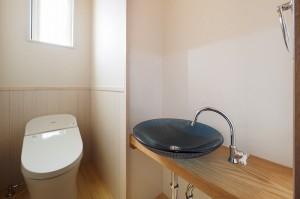 トイレ手洗いはオリジナル。ガラス製です。
